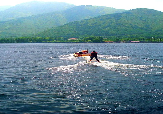 water-skiing-in-kashmir-1